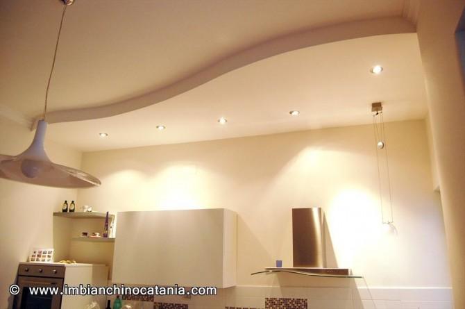 Decorazione cucina moderna pareti bianche con decorazioni for Decorazioni cucine moderne